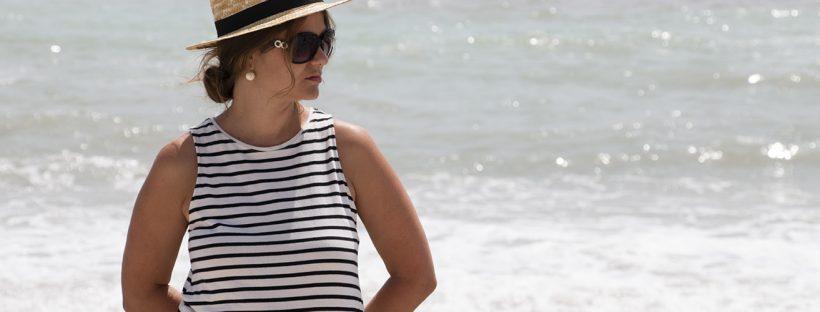 playa de altea, vestido marinero, canotier y bolso de mimbre