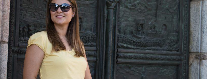 look verano: pantalón fluido azul, camiseta amarilla, sandalias amarilla, bolsito de mimbre/ summer look: flow pants, yellow t-shirt, espardiles
