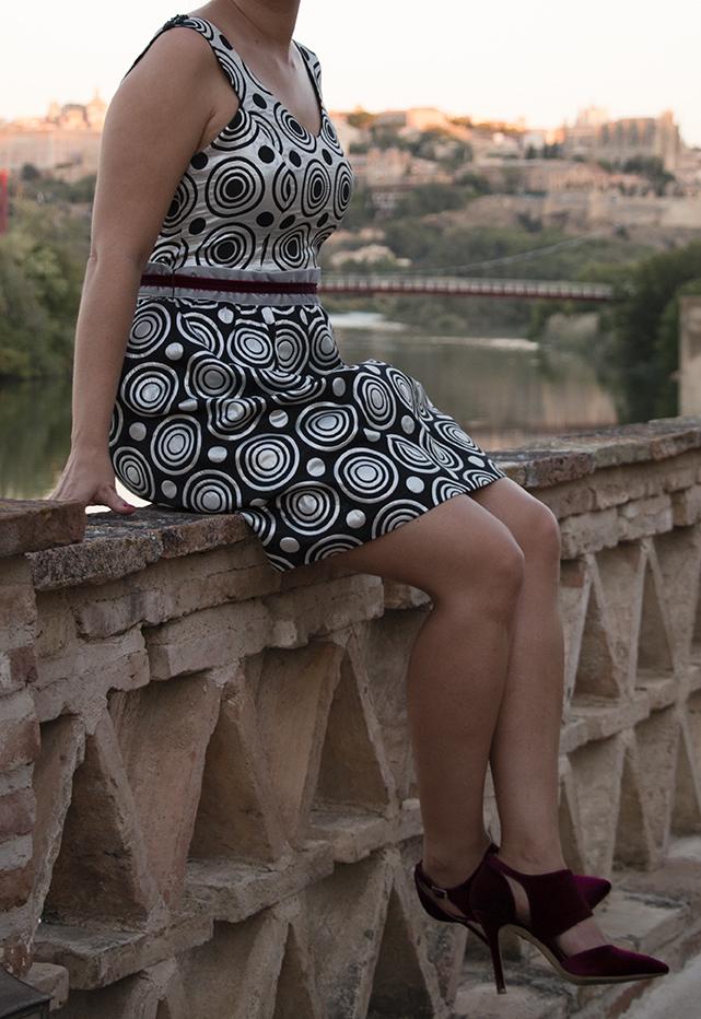 look invitada: vestido plata y negra, zapatos terciopelo burgundy
