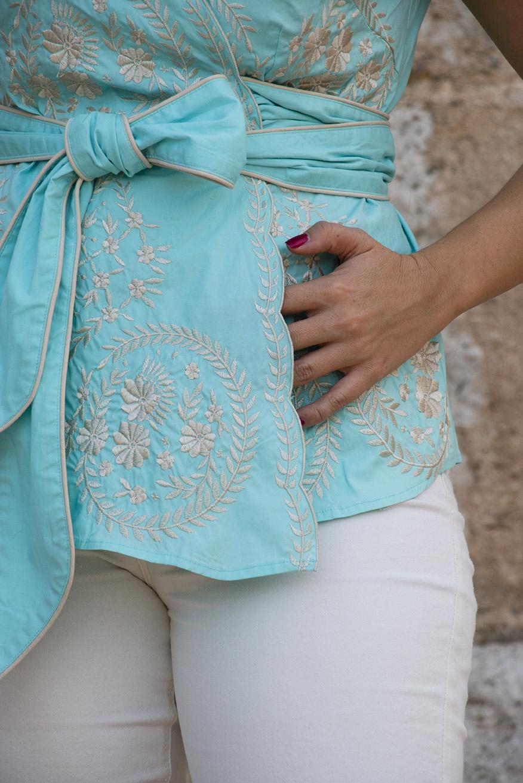 huerta de valdecarábanos, camisa cuello chinesco y pantalón beige