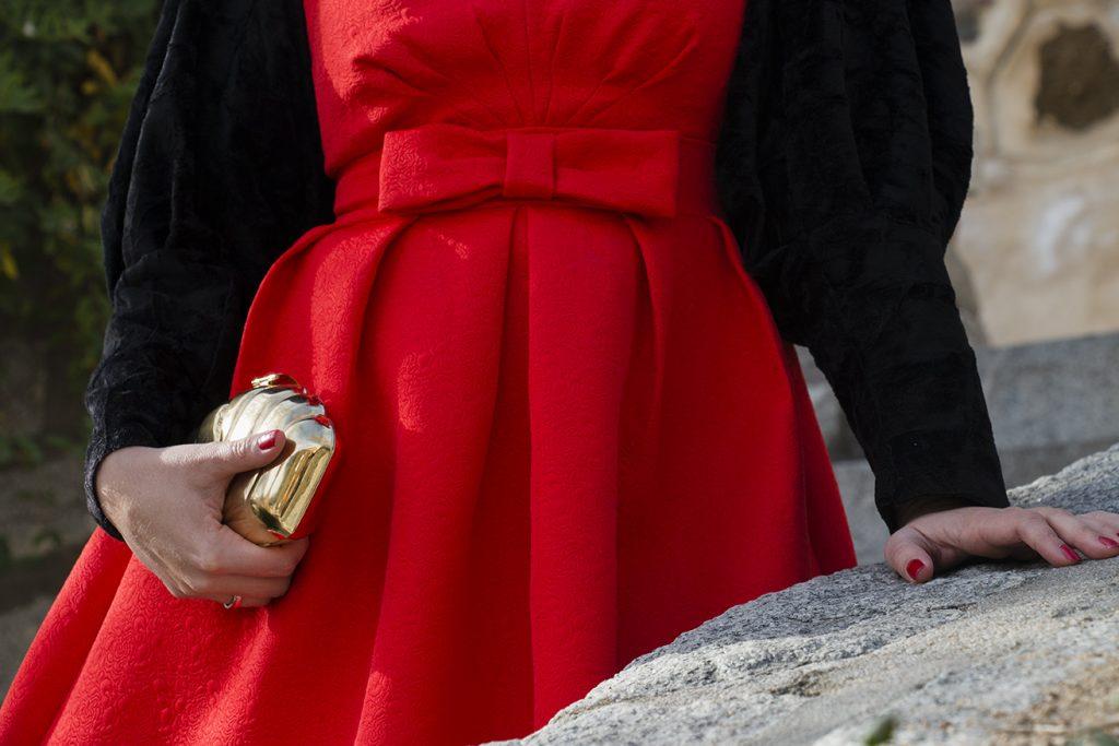 Look navideño, vestido rojo bolso dorado