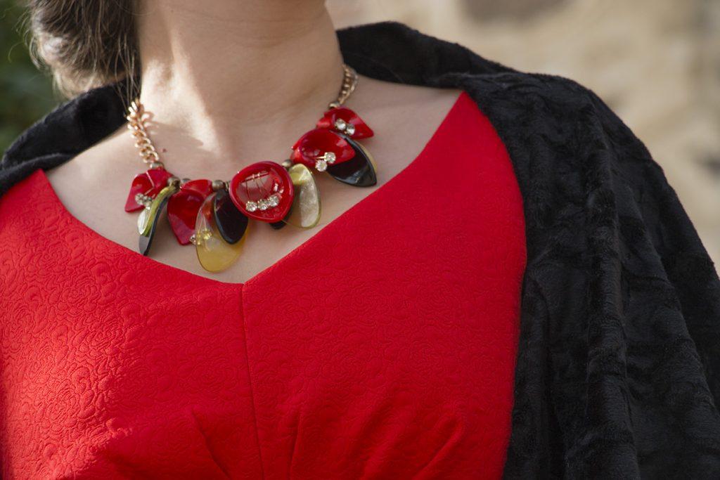 Look navideño, vestido rojo collar de flores