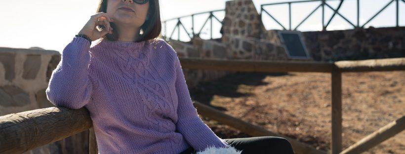 abrigo pelo de oveja y jersey lavanda