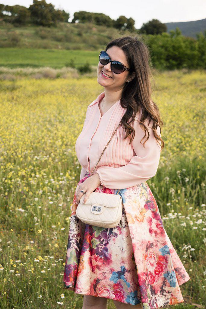 look primaveral, falda flores y camisa rosa 3