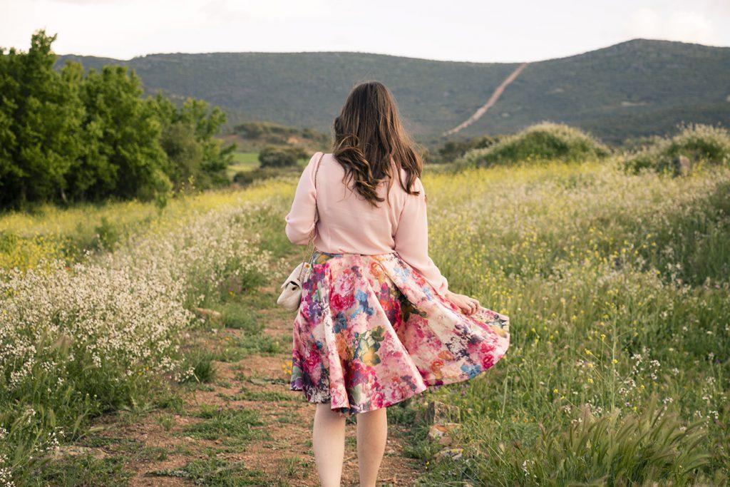 look primaveral, falda flores y camisa rosa 4