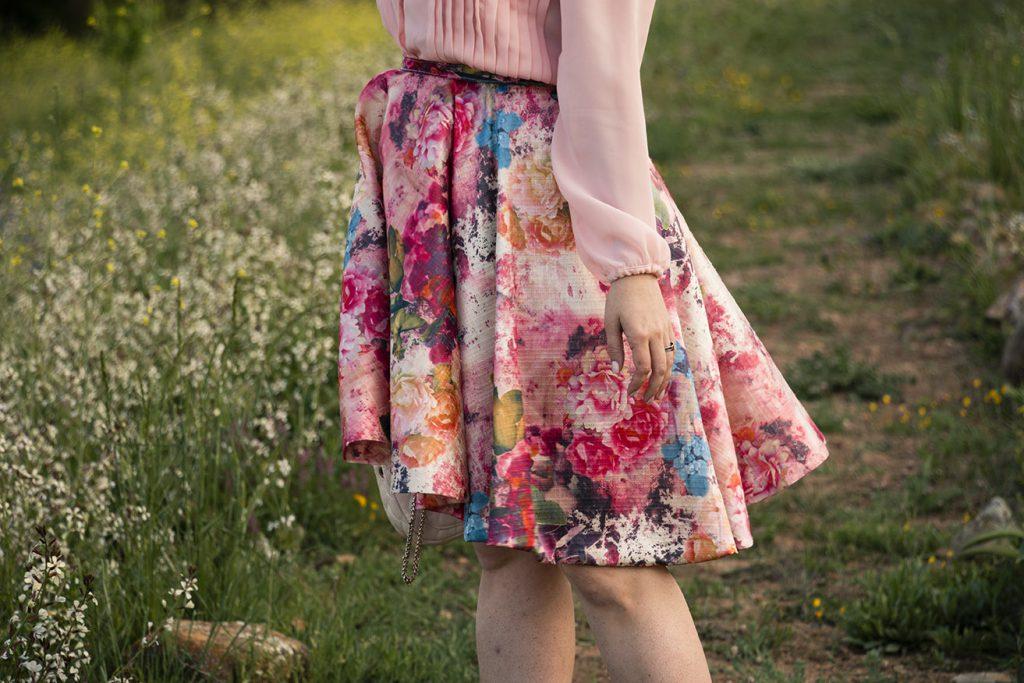 look primaveral, falda flores y camisa rosa 2