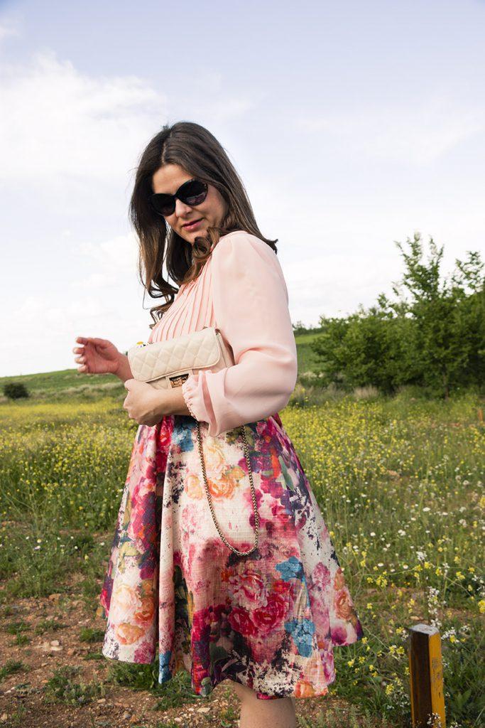 look primaveral, falda flores y camisa rosa 6