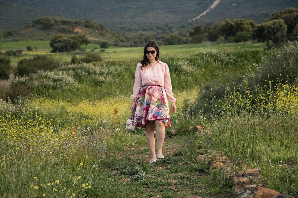 look primaveral, falda flores y camisa rosa 7