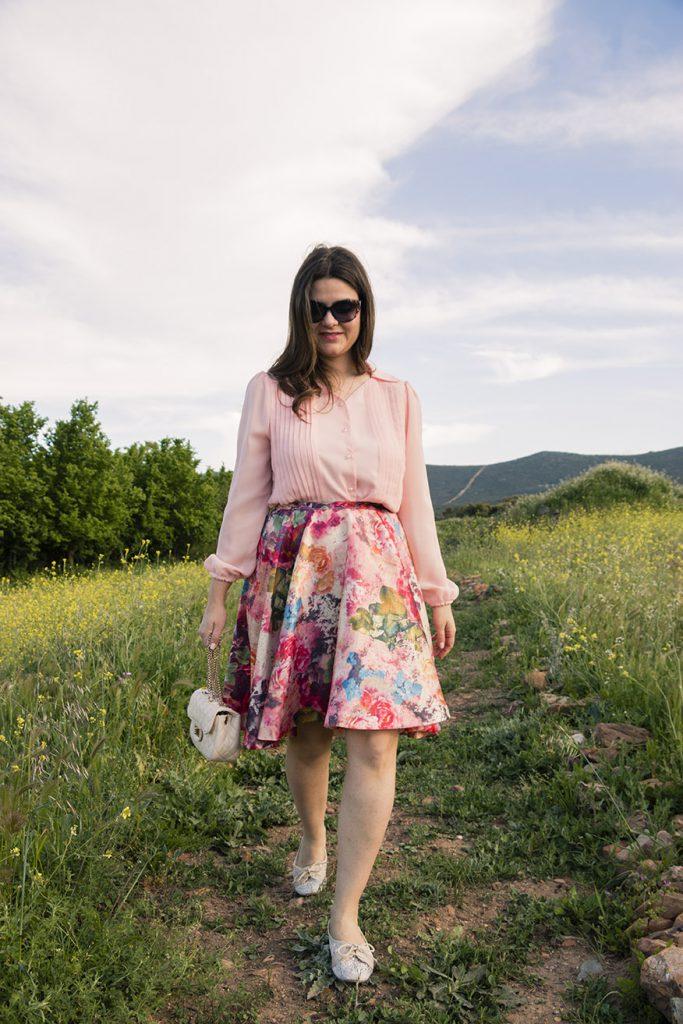 look primaveral, falda flores y camisa rosa 1