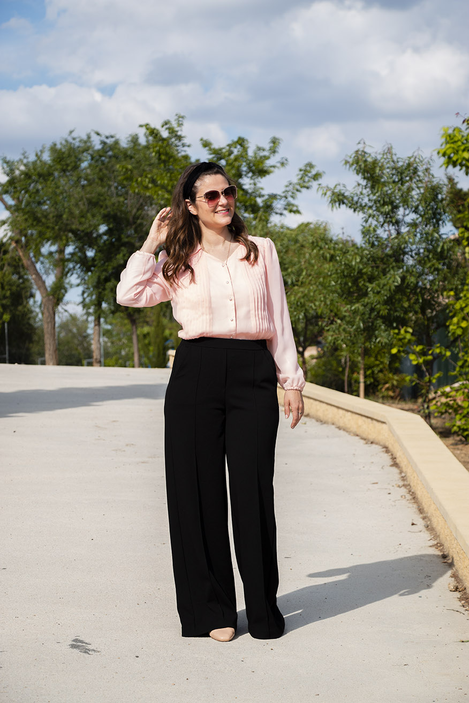 wide leg negro con camisa rosa
