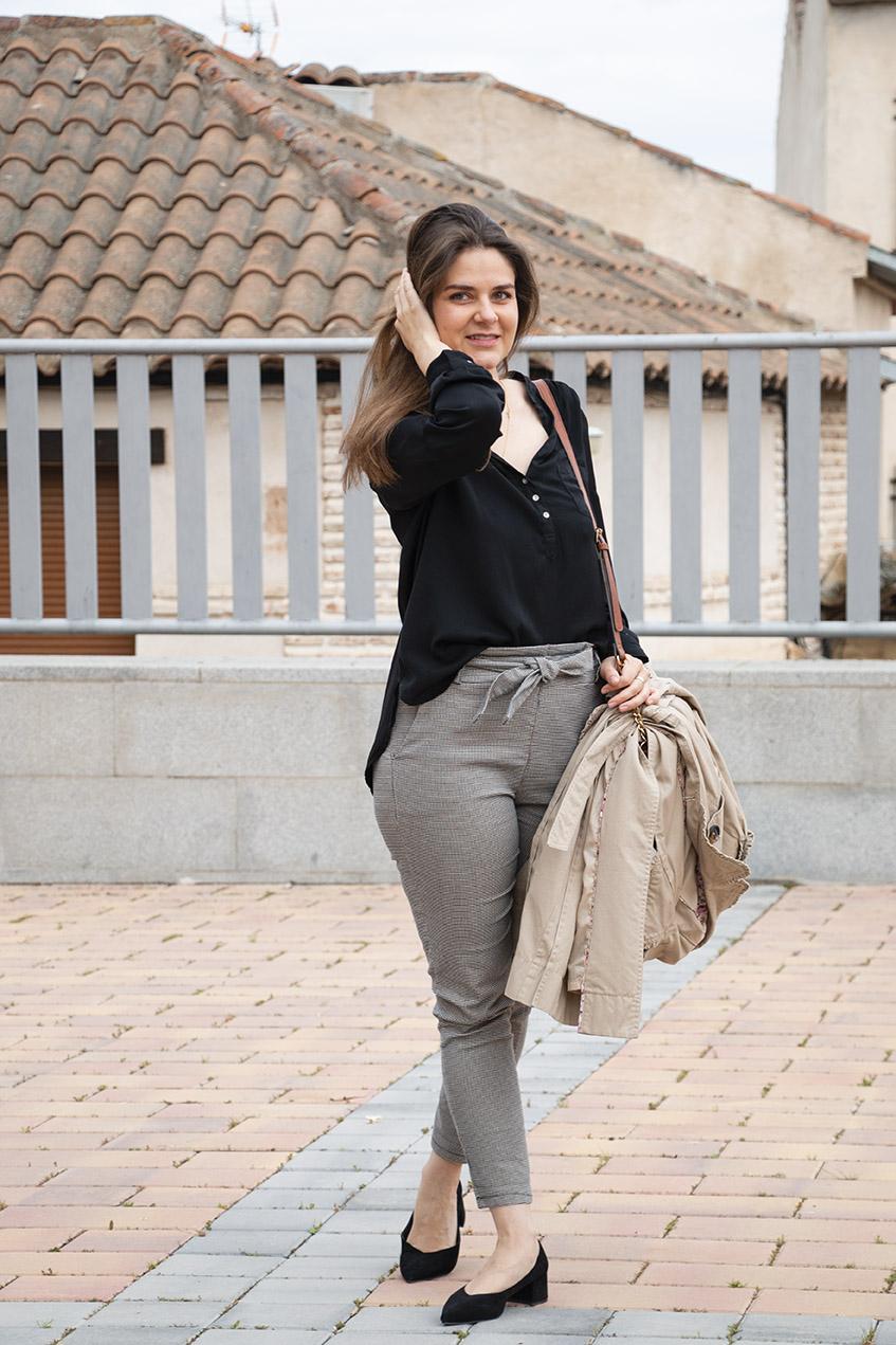 pantalón paper bag combinado con camisa negra