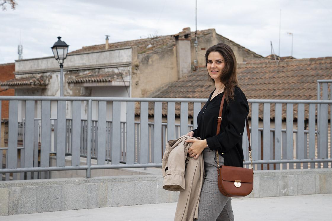 pantalón paper bag con blusa negra