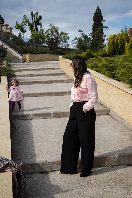 wide leg negros con camisa rosa